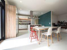 Kitchen is modern and colourful walls give it some personal style. / Keittiö on moderni ja tehosteseinät sopivat huoneen tyyliin. www.valaistusblogi.fi