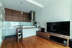 Otwarta kuchnia, przestrzeń dzienna, kuchnia z salonem, biała kuchnia, drewniana kuchnia. Zobacz więcej na: https://www.homify.pl/katalogi-inspiracji/18874/5-zasad-ktorych-nalezy-przestrzegac-urzadzajac-na-otwartej-przestrzeni
