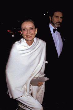 January Audrey Hepburn and Robert Wolders arrive at the Annual Golden Globe Awards where Audrey was honoured with the Cecil B.DeMille Golden Globe Award for her contribution to film. Katharine Hepburn, Audrey Hepburn Born, Carolina Herrera, Grace Kelly, Classic Hollywood, Old Hollywood, Karl Lagerfeld, Divas, Breakfast At Tiffanys