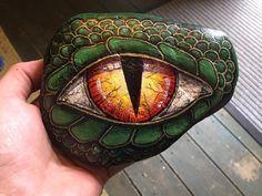 Painted rocks Green dragon's eye Seashell Painting, Pebble Painting, Pebble Art, Stone Painting, Painted Rock Animals, Painted Rocks, Drawing Rocks, Dragon Eye, Green Dragon