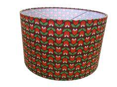 Lekker retro stofje met tulpjes, daar maakten we lampenkappen van! Exclusief bij Funky Friday! Price €39,95