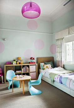Dziecięca sypialnia z fioletową lampą
