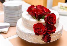 Bolo De Casamento Com Rosas Vermelhas - Baixe conteúdos de Alta Qualidade entre mais de 58 Milhões de Fotos de Stock, Imagens e Vectores. Registe-se GRATUITAMENTE hoje. Imagem: 13608276