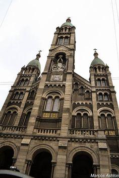 La Basílica del Santísimo Sacramento se encuentra en el barrio de Retiro, detrás del Edificio Kavanagh, sobre la calle San Martín al 1039