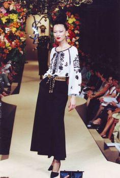 Overseeing Fashion: Ia Romaneasca- favorita designerilor internationali!