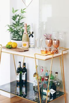 Bar Cart Ideas - There are some cool bar cart ideas which can be used to create a bar cart that suits your space. Having a bar cart offers lots of benefits. This bar cart can be used to turn your empty living room corner into the life of the party. Diy Bar Cart, Gold Bar Cart, Bar Cart Styling, Bar Cart Decor, Chariot A Roulette, Bar Trolley, Drinks Trolley, Cocktail Trolley, Drink Cart