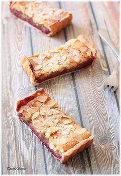 Composée d'une pâte brisée, d'une confiture de framboises express et d'une crème d'amande, cette tarte est un pur délice ! L'association amande-framboise constitue un duo qui fonctionne très bien et dont je raffole...mais avec d'autres fruits rouges comme...