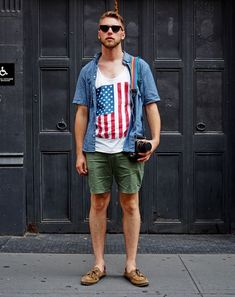 A blue chambray short sleeve shirt and olive shorts make for the ultimate casual style for any man. Introduce a pair of brown leather boat shoes to this getup and the whole ensemble will come together. Mens Fashion Blog, Mens Fashion Suits, Urban Fashion, Men's Fashion, Street Fashion, Fashion Ideas, Olive Shorts, Ferrari, Tank Shirt