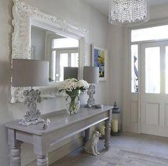 shabby deko, flur einrichten, großer spiegel mit weißer rahmen, grauer tisch, stehlampen