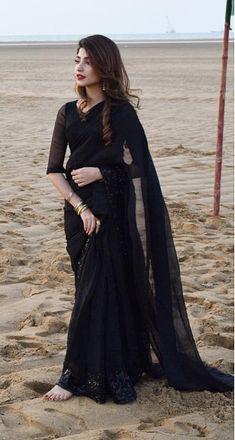 Pakistani actress Kinza Hashmi in an all black saree - Love this look! Pakistani Wedding Outfits, Pakistani Dresses, Black Pakistani Dress, Black Saree Blouse, Stylish Sarees, Stylish Dresses, Fashion Dresses, Sarees For Girls, Indische Sarees