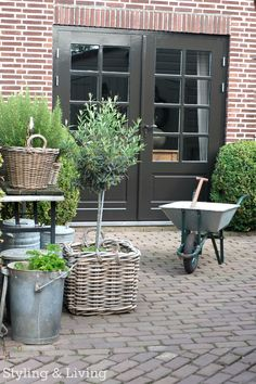 Brick patio garden www.stylingandlivingshop.nl