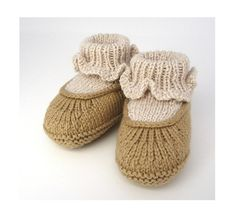 KNITTING PATTERN 'Harry Stay-On Shoe' for DIY baby booties / bootie shoes. Perfect baby shower outfit idea or your own cute knitting idea Knitting For Kids, Baby Knitting Patterns, Baby Patterns, Knitting Yarn, Knitting Projects, Gestrickte Booties, Knitted Booties, Baby Booties, Baby Shoes