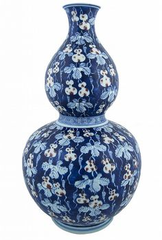 A LARGE CHINESE PORCELAIN DOUBLE GOURD VASE, KANGXI PERIOD, CIRCA 1720 of double gourd shape, the blue glazed ground with white leaves and ivy tendrils surrounding white and red gourds, height: 45 cm