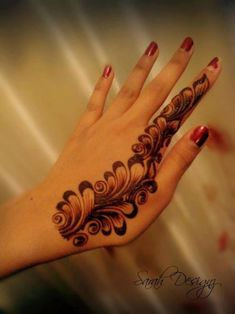 Simple Mehendi designs to kick start the ceremonial fun. If complex & elaborate henna patterns are a bit too much for you, then check out these simple Mehendi designs. All Mehndi Design, Mehandi Design For Hand, Finger Henna Designs, Mehndi Designs Book, Modern Mehndi Designs, Mehndi Designs For Beginners, Mehndi Design Photos, Mehndi Designs For Fingers, Beautiful Henna Designs