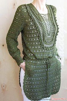 Эта туника оливкового цвета в этно-стиле очень элегантная и стильная. Она имеет глубокие разрезы по бокам а подол закруглен.