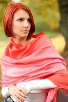As pashiminas. Feitas em tecido de mesmo nome, as pashiminas tem o corte retangular, bem mais largo que o cachecol, possibilitando cobrir os ombros e braços.