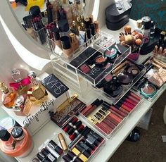 A beautiful mess! - Organising all my makeup to fit around my new dressing table ☺️ Makeup Storage Organization, Storage Ideas, Vanity Set Up, Make Up Storage, Make Up Organiser, Makeup Rooms, Make Up Collection, Makeup Obsession, Natural Beauty Tips