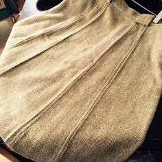 This soft wool skirt is olive green herringbone tweed. 70s style, wide belt…