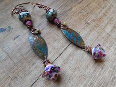 Boucles d'oreilles ethniques chics et rustiques, cuivre, breloques et perles au chalumeau, perles Picasso. : Boucles d'oreille par maen-sked
