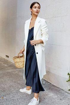 Une robe slip est une pièce intemporelle de votre garde-robe, elle fonctionne toujours et ne se démode jamais. Vous pensez peut-être qu'une telle robe n'est que pour le printemps et l'été, mais non, vous pouvez aussi la porter pour l'automne! Voici quelques façons de le faire avec élégance et nervosité.