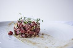 Beef tartare with Golden grapes and hazelnuts Tartare Recipe, Sweet Spice, Famous Recipe, Fresh Figs, Fresh Meat, Cold Meals, Raisin, Roast, Spices