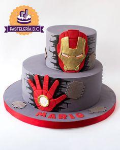 Torta con diseño de Iron Man en 2D. Para este diseño nos basamos en una torta de Divine Cakes / Iron Man 2D cake. Based on an original design by Divine Cakes. Avengers Birthday Cakes, Birthday Cakes For Men, Superhero Birthday Party, Cakes For Boys, Pastel Iron Man, Iron Man Party, Ironman Cake, Iron Man Birthday, Marvel Cake