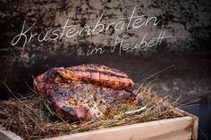 Krustenbraten+im+Heubett+Ein+Krustenbraten+aus+dem+Heubett+hat+ein+tolles+Aroma+und+eine+knusprige,+knackige+Kruste.+Das+Heubett+ist+eine+fertige+Kräuter-Heu-Mischung+von+der+Firma+Axtschlag.+Es+gibt+sie+in+3+verschiedenen+Sorten,+für+Fleisch,+Fisch+und+Gemüse.+Die+Holzgarschale+ist+30x40x4+cm+groß.+Gefüllt+ist+die+Kräuterheumischung+mit+Boldoblätter,+Rosmarin,+Salbei,+Lavendel,+Chilli+[…]