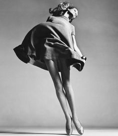 Beautiful black and white fashion photography by Richard Avedon (1923 – 2004), an American photographer, specialized in portrait and fashion photography.
