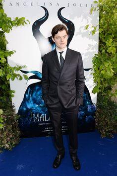 Pin for Later: Angelina Jolie bringt Brad und Maddox in den Kensington Palast mit!  Star Sam Riley posierte.