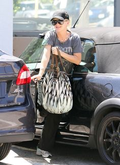 Anna Faris was spotted parking her blacked out (but very dirty) #Mini Cooper in Los Angeles