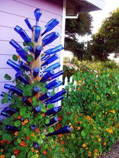 Wine Bottle Trees, Wine Bottle Art, Blue Bottle, Wine Bottle Crafts, Garden Yard Ideas, Garden Crafts, Garden Projects, Glass Garden Art, Bottle Garden