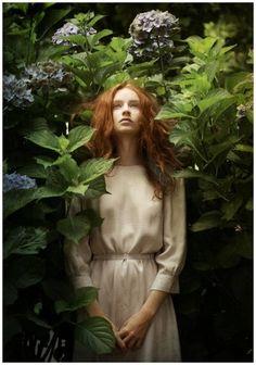 Louis Treserras I'm in the garden Poses, Portrait Photography, Fashion Photography, Tim Walker, Realistic Paintings, Pre Raphaelite, Foto Art, Portraits, Ginger Hair