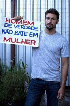 Cauã Reymond participa de campanha de combate à violência contra a mulher