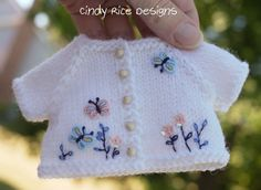 """""""Garden Surprises"""" made for Kaye Wiggs MSDs. Knitted Bunnies, Knitted Animals, Knitted Dolls, Diy Crafts Rose, Knitted Baby Cardigan, Christmas Embroidery, Baby Sweaters, Baby Knitting, Baby Dolls"""