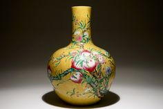 A Chinese famille rose tianqiuping bottle vase with 9 peaches design on a dark . estim 5000/10000$ non signé yellow ground, 19/20th C.