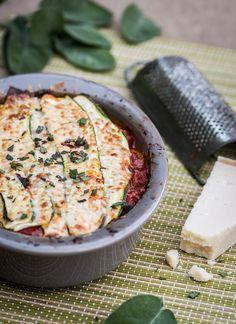 Bij courgette lasagne vervangt de courgette de lasagne bladeren. Het is daardoor een koolhydraatarme lasagne en je eet meer groente! Lekker en gezond eten