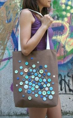 20 Creative Crafts You Can Do With Buttons - Have you ever asked yourself what to do with all these old buttons you have in your drawer? Button Art, Button Crafts, Button Canvas, Diy Buttons, Crafts With Buttons, Jute Bags, Patchwork Bags, One Bag, Fabric Bags