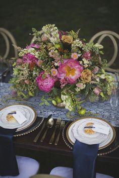 Tischdekoration mit Blumengesteck mit pinkfarbenen Pfingstrosen und Vintage-Tellern mit Goldrand – table decoration with pink peonies and gold lined dishes