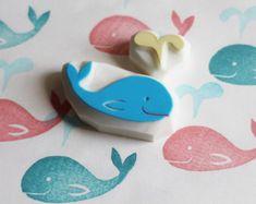 Wal-Stempel. Hand geschnitzte Stempel. handgeschnitzten Stempel. Baby-Wal-Briefmarke. Splash-Wasser-Stempel. Ozean-Briefmarke. Craft-Projekte. 2er Set