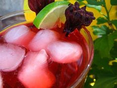 Hibiscus sun tea recipe: cooling, and packed with antioxidants. I add: 1 tablespoon of rose hips 1 tablespoon of elderberries 1 tablespoon strips of orange zest Elderberry Bush, Elderberry Recipes, Hibiscus Tea, Hibiscus Flowers, Sun Tea Recipes, Smoothie Drinks, Smoothies, Real Food Recipes, Vegan Recipes