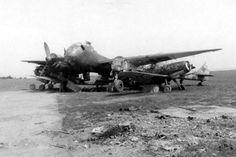 Dem Reparaturwerk Erfurt zugewiesene Flugzeuge wurden einfach auf dem Hallenvorfeld abgestellt. Rund um die Junkers Ju 188 stehen zwei Bf 109 und eine Fw 190