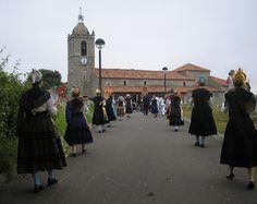 Aldeanas camino de la Iglesia de San Román, en Cué, el 13 de junio, día de San Antonio.