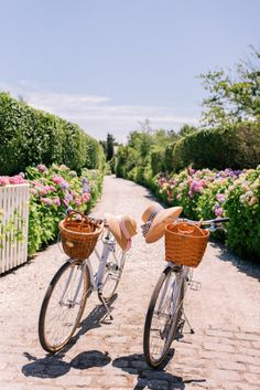 6 wedding weekend events to entertain your guests. From the rehearsal dinner wine tasting renting bikes a round of golf city tour and pool party. Les Hamptons, Weekend Events, Spring Aesthetic, Travel Aesthetic, Beach Aesthetic, Aesthetic Pastel, Jolie Photo, Wedding Weekend, Wedding Morning