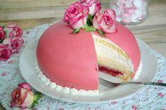 Recipe for a pink princess pie-Swedish Prinsesstarta cooperation with . Easy Vanilla Cake Recipe, Easy Cake Recipes, Baking Recipes, Princess Torte, German Baking, Cheesecake, Mirror Glaze Cake, Swedish Recipes, Pie Cake
