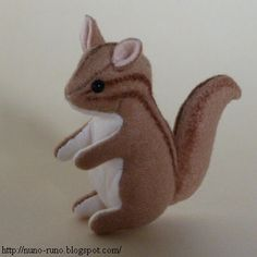 Small stuffed squirrel of felt. Pattern of the squirrel. Sew the darts . Felt Animal Patterns, Stuffed Animal Patterns, Chipmunks, Plush Pattern, Free Pattern, Sewing Stuffed Animals, Sewing Toys, Free Sewing, Hand Sewing
