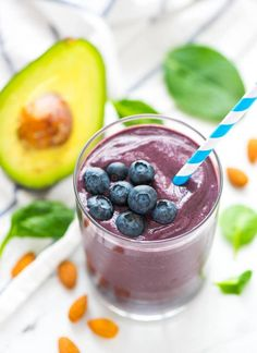 An avocado smoothie with bananas and blueberries will be a delicious breakfast smoothie, but it will also give you glowing skin. This avocado smoothie recipe is skin care in a glass! Detox Breakfast, Breakfast Smoothie Recipes, Avocado Breakfast, Brunch Recipes, Snacks Recipes, Diet Recipes, Best Green Smoothie, Avocado Smoothie, Green Smoothie Recipes