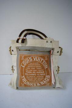 LOUIS VUITTON : sac en tissu, 30 cm x 32 cm (manque 2 rivets à l'arrière). Enchères Maisons-Laffitte - 26/08/2015