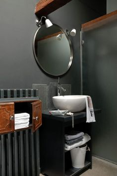 Black and grey bathroom Deco Cool, Classic Interior, Wet Rooms, Grey Bathrooms, Country Chic, Shoe Box, Sweet Home, Shower, Mirror
