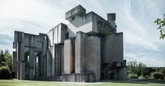 Located on a hill in Mauer-Vienna, the Wotruba Church was the culmination of sculptor Fritz Wotruba's life and career. Modern Architecture Design, Religious Architecture, Architecture Photo, Amazing Architecture, Home Greenhouse, Brutalist, Willis Tower, Vienna, Facade