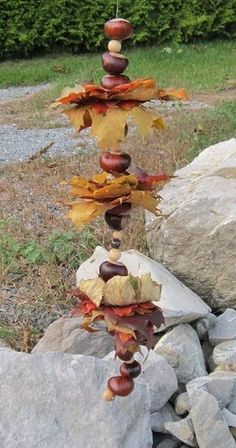 Herbst-Girlande: aus Kastanien und blättern basteln Autumn garland: tinker with chestnuts and leaves Autumn Crafts, Nature Crafts, Diy For Kids, Crafts For Kids, Diy Pinterest, Fall Garland, Conkers, Deco Floral, Fall Diy